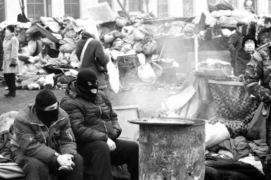 Barykada na ul. Hruszewskiego obok stadionu Dynama Kijów. [fot. Viktoriia Zhuhan]