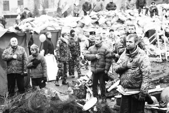 Demonstranci śpiewają hymn [fot. Viktoriia Zhuhan]
