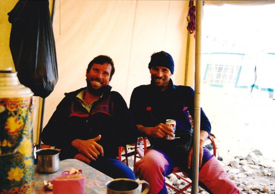 Fot_1_Odpoczynek po zdobyciu Cho Oyu, Nick Keicks Jacek Berbeka, baza Tybet.