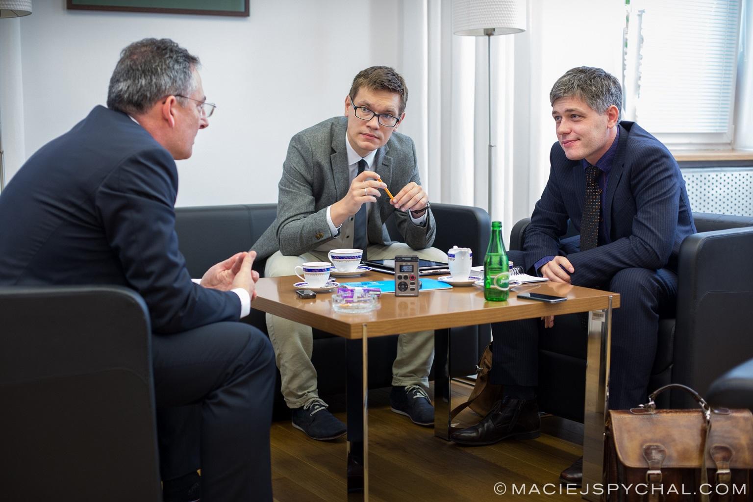 inżynierowie spotykający się z nauczycielami jak zdobyć konkurencyjną wersję beta matchmakingu