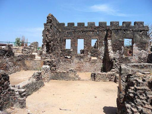 W okresie kolonizacji brytyjskiej Wyspę św. Andrzeja przemianowano na James Island – pozostałości fortu z XVIII w.; źródło: Wikicommons