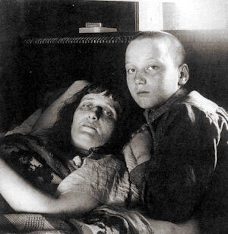 Zdj_2_Anna_Achmatowa_i_jej_syn_1925