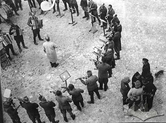 """""""Tango śmierci"""", 1943 r. – zdjęcie wykorzystane na procesie norymberskim. Archiwum Państwowe Obwodu Lwowskiego (DALO). Źródło: Wikimedia Commons."""