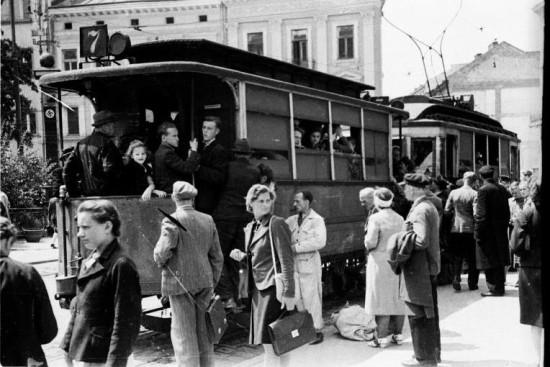 Tramwaj na ulicach przedwojennego Lwowa. Źródło: Wikimedia Commons.