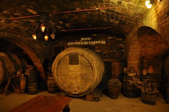 Stare beczki do wina w piwnicach producenta Gramona.