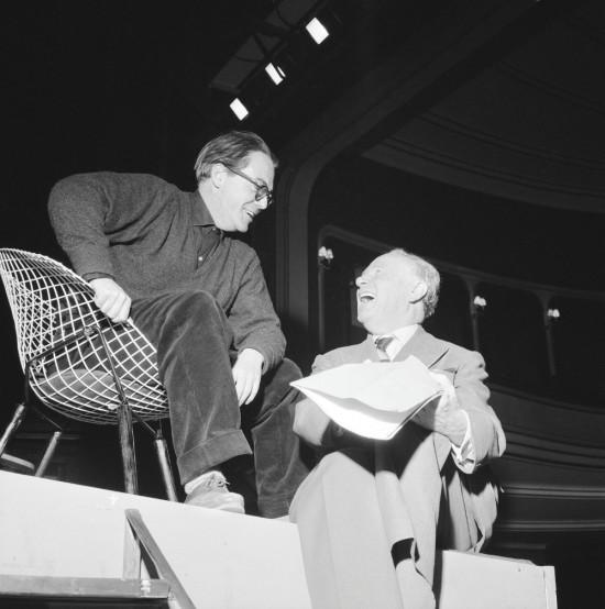"""Max Frisch (siedzi w metalowym fotelu) z Oskarem Wälterlinem w czasie prób do sztuk """"Biedermann i podpalacze"""" i""""Szewska pasja Filipa Hotza"""", Schauspielhaus Zürich. Fot. Comet Photo AG. Źródło: Wikimedia Commons."""
