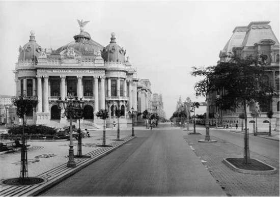 Rio de Janeiro, Aleja Rio Branco iTeatr Miejski ok. 1909r. Autor: Marc Ferrez, źródło: Wikimedia Commons.