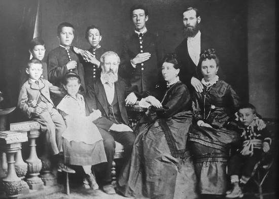 Czechow (stoi drugi od lewej) z rodziną, 1874 r. Źródło: Wikimedia Commons