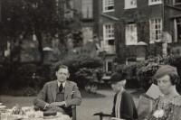 Thomas Stearns Eliot z siostrą i kuzynką (1934). Fot. Lady Ottoline Morrell. Źródło: Wikimedia Commons