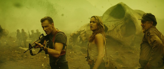 """(L-R) TOM HIDDLESTON as James Conrad, BRIE LARSON as Mason Weaver and JOHN C. REILLY as Hank Marlow in Warner Bros. Pictures, Legendary Pictures and Tencent Pictures' action adventure """"KONG: SKULL ISLAND"""", aWarner Bros. Pictures release. Prawa autorskie: © 2017 WARNER BROS. ENTERTAINMENT INC., LEGENDARY PICTURES PRODUCTIONS, LLC AND RATPAC-DUNE ENTERTAINMENT LLC. ALL RIGHTS RESERVED"""