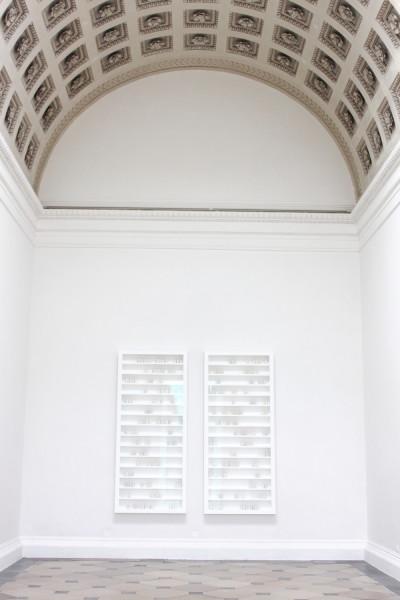 Przymus światła. Instalacja artystyczna Edmunda de Waala, której tytuł nawiązuje do fragmentu wykładu wygłoszonego przez Paula Celana, ulubionego poety artysty. Fot. Anton-kurt. Źródło: Wikimedia Commons (CC BY-SA 3.0 AT)
