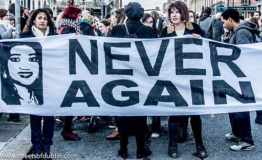 Marsz protestujący wDublinie pośmierci Savity Halappanavar, fot.William Murphy, Wikimedia Commons
