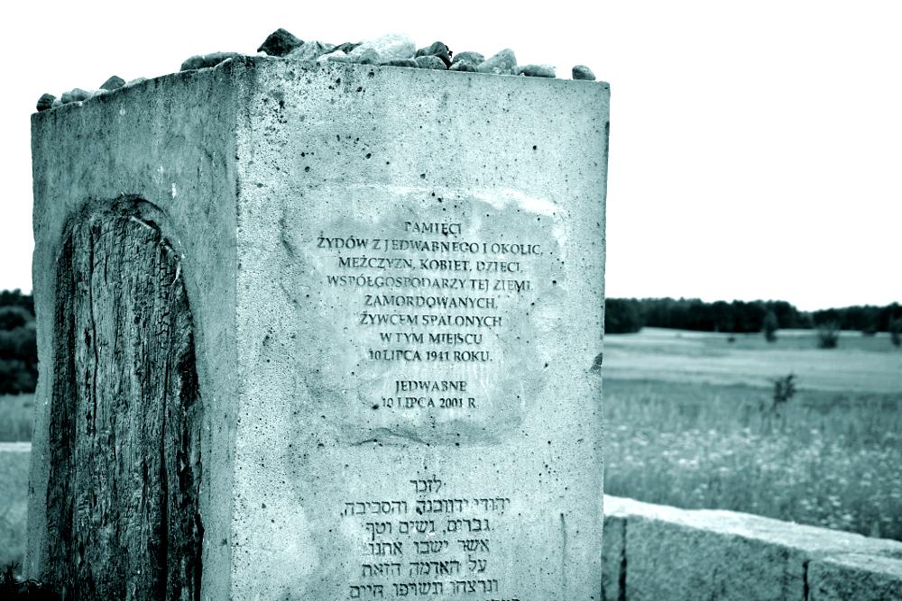 Mogiła-pomnik, nacmentarzu żydowskim, Jedwabne. Fot.Fotonews. Źródło: Wikimedia Commons
