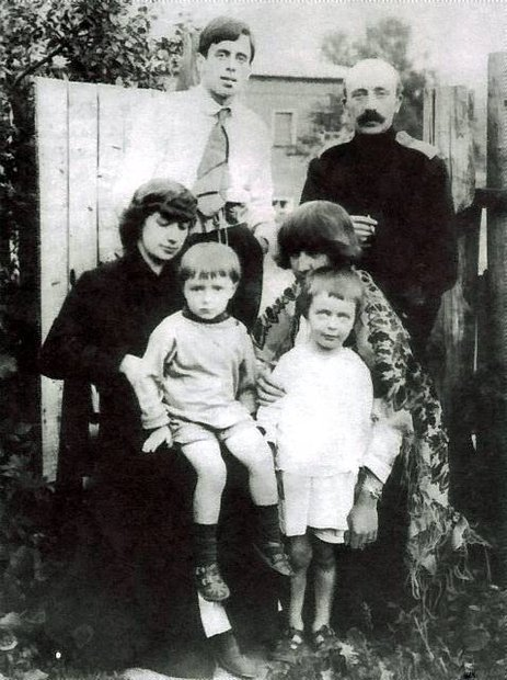(2)_Siedza_od-lewej-Anastazja-Cwietajewa-z-synkiem-Andriusza_Marina-Cwietajewa-z-corka-Ariadna