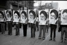 1978_Iranian_revolution_-_row_of_men_holding_khomeinis_photos