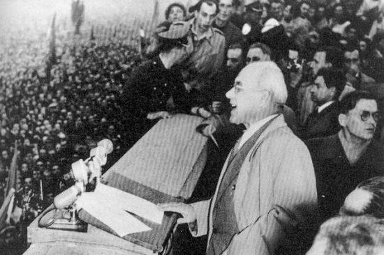 Warszawa, 24 października 1956 r. Przemówienie Władysława Gomułki na wielotysięcznym wiecu kilka dni po zakończeniu VIII plenum KC PZPR. Fot. Creative Commons / Wikipedia